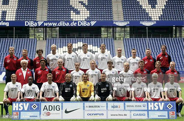 Fussball 1 Bundesliga 04/05 Hamburg Hamburger SV hintere Reihe vli Mannschaftsarzt Dr Gerold SCHWARTZ Masseur Stefan KLISCHE Physiotherapeut Uwe...