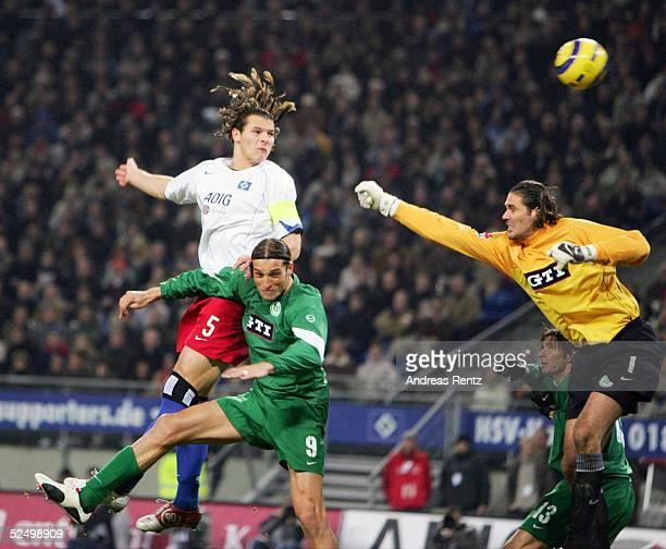 Fussball: 1. Bundesliga 04/05, Hamburg; Hamburger SV - VfL Wolfsburg 3:1; Daniel van BUYTEN / HSV setzt sich gegen Diego KLIMOWICZ und Torwart Simon...