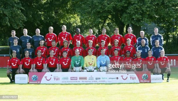 Fussball 1 Bundesliga 04/05 Hannover Hannover 96 Hintere Reihe Physiotherapeut Paul GERST Physiotherapeut Stefan HERZOG Mannschaftsarzt Dr Wego...
