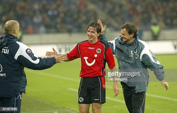 Fussball: 1. Bundesliga 04/05, Hannover; Hannover 96 - VfL Bochum 3:0; Trainer Ewald Lienen freut sich mit Daniel STENDEL Hannover ueber den Sieg...