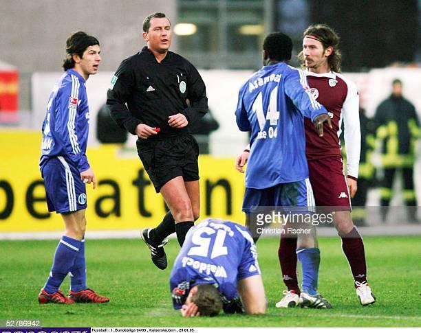 Fussball 1 Bundesliga 04/05 Kaiserslautern 2901051 FC Kaiserslautern FC Schalke 04Gerald ASAMOAH/Schalke beschwert sich bei Ioannis...