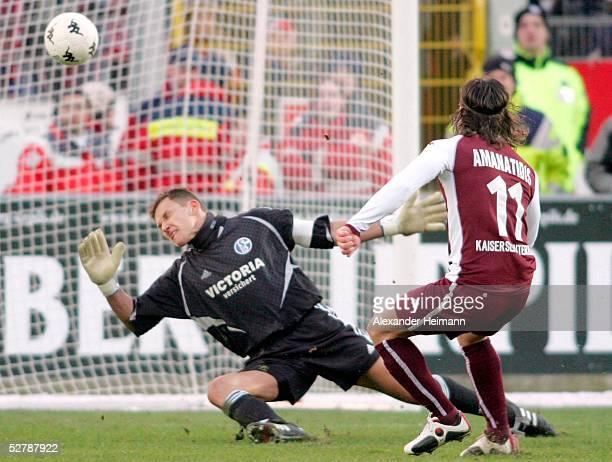 Fussball 1 Bundesliga 04/05 Kaiserslautern 2901051 FC Kaiserslautern FC Schalke 04Tor zum 10 fuer Lautern durch Ioannis AMANATIDIDS Frank ROST Schalke