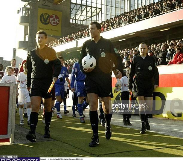 Fussball 1 Bundesliga 04/05 Kaiserslautern 2901051 FC Kaiserslautern FC Schalke 04Das Schiedsrichtergespann Stefan TRAUTMANN mit den Assistenten...