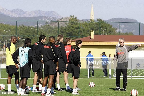 Fussball 1 Bundesliga 04/05 Kemer Borussia Dortmund / Trainingslager / Training Trainer Bert van MARWIJK gibt Anweisungen an seine Spieler im...