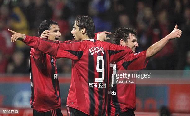 Fussball 1 Bundesliga 04/05 Leverkusen Bayer 04 Leverkusen SC Freiburg 41 Jubel nach dem Tor zum 31 Marko BABIC Dimitar BERBATOV Torschuetze Paul...