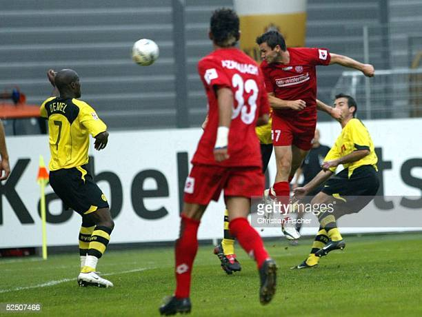 Fussball 1 Bundesliga 04/05 Mainz FSV Mainz 05 Borussia Dortmund 11 Guy DEMEL / Dortmund Mimoun AZAOUAGH Benjamin AUER / Mainz koepft das 11 260904