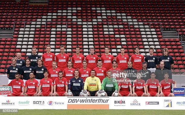 Fussball 1 Bundesliga 04/05 Mainz FSV Mainz Mannschaftsfoto Hintere Reihe von links Zeugwart Walter NOTTER Physiotherapeut Christopher ROHRBECK...