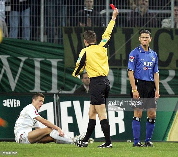 Fussball 1 Bundesliga 04/05 Moenchengladbach Borussia Moenchengladbach Hamburger SV Schiedsrichter Felix BRYCH zeigt Khalid BOULAHROUZ / HSV die...