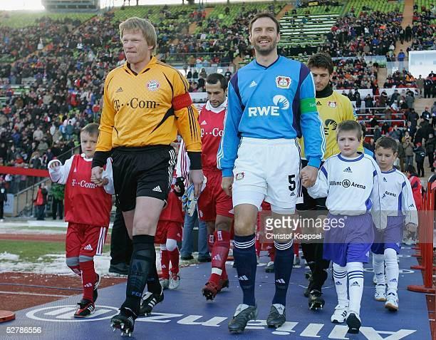 Fussball 1 Bundesliga 04/05 Muenchen 050205FC Bayern Muenchen Bayer 04 Leverkusen 20Oliver KAHN/Bayern und Jens NOWOTNY/Leverkusen laufen mit ihren...