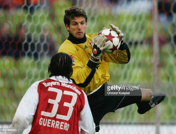 Fussball 1 Bundesliga 04/05 Muenchen 050205FC Bayern Muenchen Bayer 04 Leverkusen 20Paolo GUERRERO/Bayern Joerg BUTT/Leverkusen