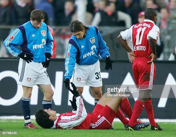 Fussball 1 Bundesliga 04/05 Muenchen 050205FC Bayern Muenchen Bayer 04 LeverkusenMichael BALLACK/Bayern am Boden und Diego PLACENTE hilft ihm hoch...