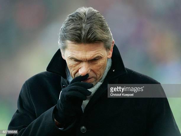 Fussball 1 Bundesliga 04/05 Muenchen 050205FC Bayern Muenchen Bayer 04 Leverkusen 20Trainer Klaus AUGENTHALER/Leverkusen