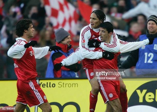 Fussball 1 Bundesliga 04/05 Muenchen 050205FC Bayern Muenchen Bayer 04 LeverkusenMichael BALLACK/Bayern bejubelt mit Roy MAKAAY der das 10 erzielt...