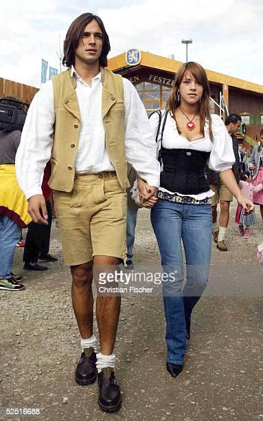 Fussball 1 Bundesliga 04/05 Muenchen Der FC Bayern Muenchen zu Besuch auf dem Oktoberfest Roque SANTA CRUZ mit Ehefrau Giselle 031004