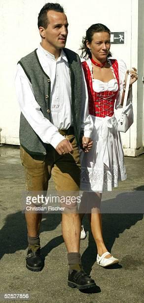 Fussball: 1. Bundesliga 04/05, Muenchen; Der FC Bayern Muenchen zu Besuch auf dem Oktoberfest; Jens JEREMIES mit Ehefrau Janette 03.10.04.