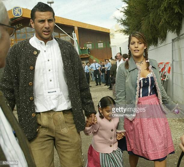 Fussball 1 Bundesliga 04/05 Muenchen Der FC Bayern Muenchen zu Besuch auf dem Oktoberfest Claudio PIZARRO mit Ehefrau Karla Salcedo und Tochter...