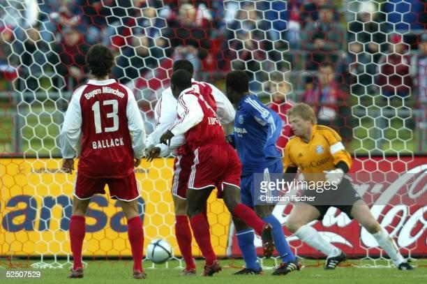 Fussball 1 Bundesliga 04/05 Muenchen FC Bayern Muenchen FC Schalke 04 Gerald ASAMOAH / Schalke macht das Tor zum 10 gegen LUCIO Torwart Kahn Michael...