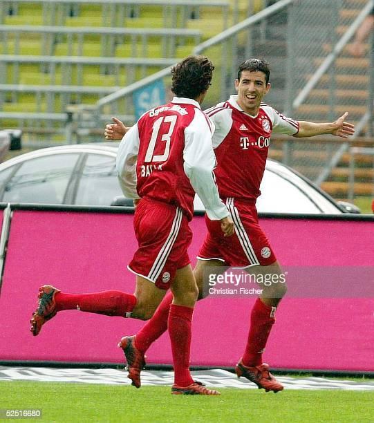 Fussball: 1. Bundesliga 04/05, Muenchen; FC Bayern Muenchen - SC Freiburg 3:1; Michael BALLACK und Torschuetze Roy MAKAAY / Muenchen jubeln uber das...