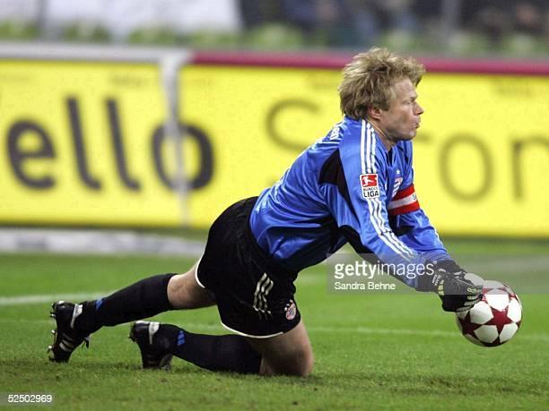 Fussball 1 Bundesliga 04/05 Muenchen FC Bayern Muenchen VfB Stuttgart Torwart Oliver KAHN / Bayern laesst den Ball zum 02 abprallen 111204