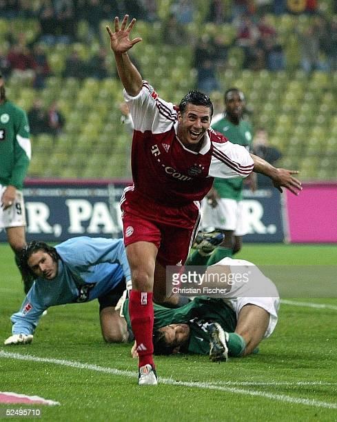 Fussball 1 Bundesliga 04/05 Muenchen FC Bayern Muenchen VfL Wolfsburg Jubel Claudio PIZARRO / Bayern ueber das 20 Facundi QUIROGA und Torwart Simon...