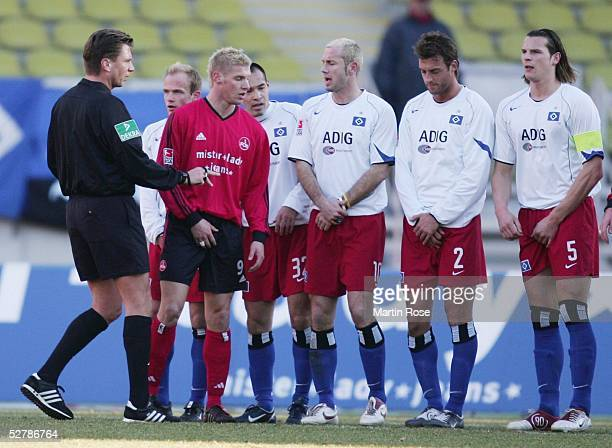 Fussball 1 Bundesliga 04/05 Nuernberg 0502051 FC Nuernberg Hamburger SV 13Schiedsrichter Thorsten KINHOEFER Markus DAUN/Nuernberg Sergej BARBAREZ...