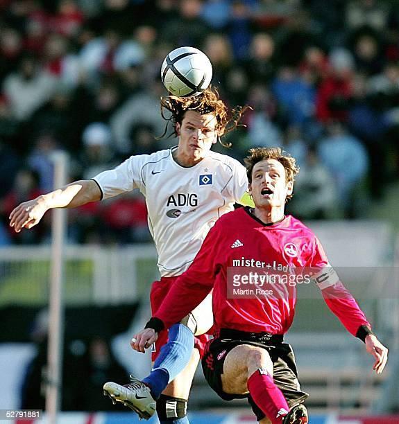 Fussball 1 Bundesliga 04/05 Nuernberg 0502051 FC Nuernberg Hamburger SVDaniel van BUYTEN/HSV Markus SCHROTH/Nuernberg