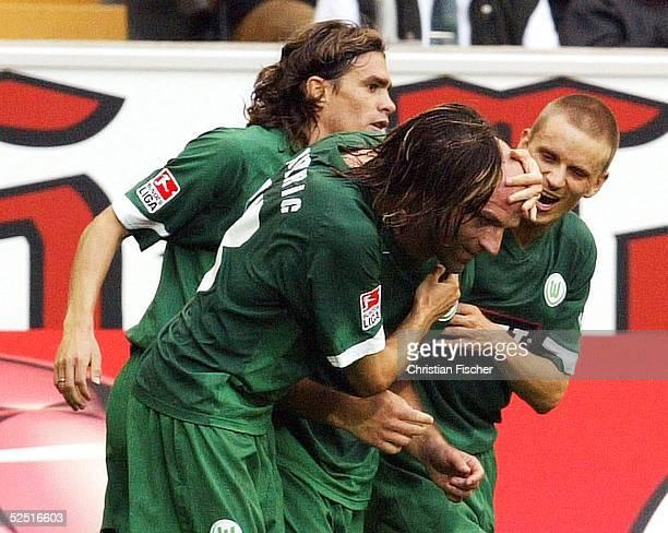 Fussball 1 Bundesliga 04/05 Wolfsburg VfL Wolfsburg Borussia Moenchengladbach Jubel Patrick WEISER Thomas BRDARIC Stefan SCHOOR und Thomas RYTTER /...