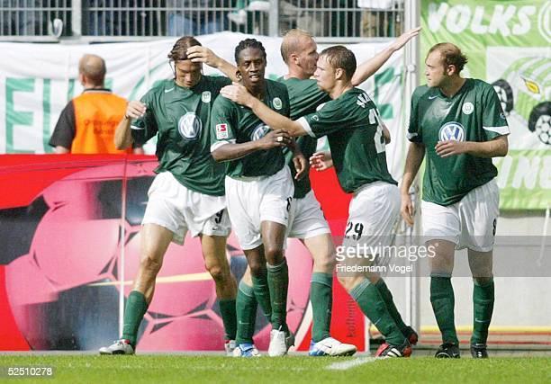 Fussball 1 Bundesliga 04/05 Wolfsburg VfL Wolfsburg FC Schalke 04 30 Jubel nach dem 20 Diego KLIMOWICZ Pablo THIAM Thomas RYTTER Kevin HOFLAND...