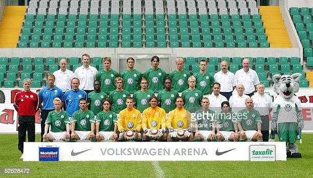Fussball 1 Bundesliga 04/05 Wolfsburg VfL Wolfsburg Hintere Reihe Physiotherapeut Joerg DRILL Masseur Manfred KROSS Maik FRANZ Diego KLIMOWICZ Marino...