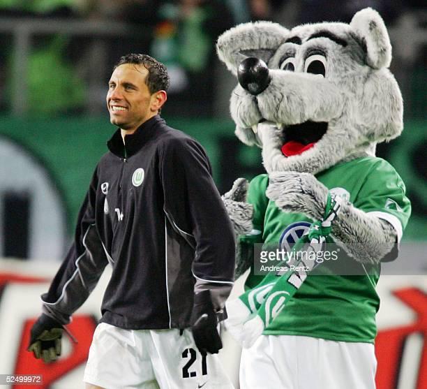 Fussball 1 Bundesliga 04/05 Wolfsburg VfL Wolfsburg VfB Stuttgart 30 Der zweifache Torschuetze Martin PETROV und der Wolf jubeln nach dem Erfolg...
