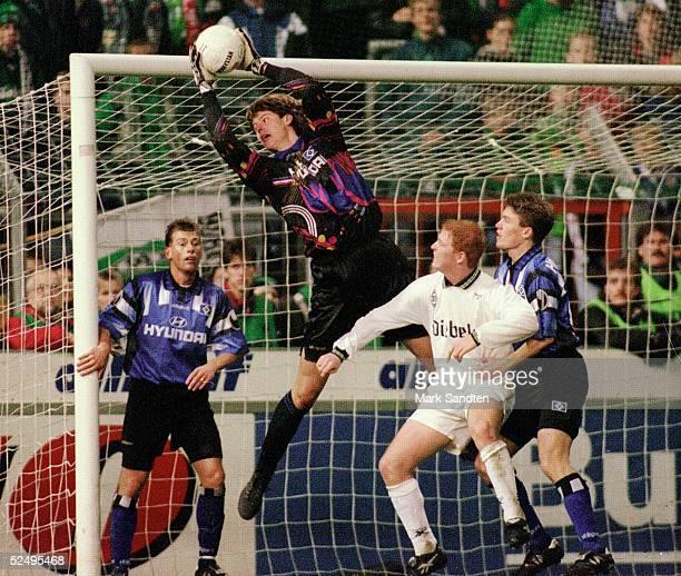 MOENCHENGLADBACH GERMANY NOVEMBER 17 1995 Fussball 1 Bundesliga 95/96 Moenchengladbach Borussia Moenchengladbach Hamburger SV Harald SPOERL Torwart...