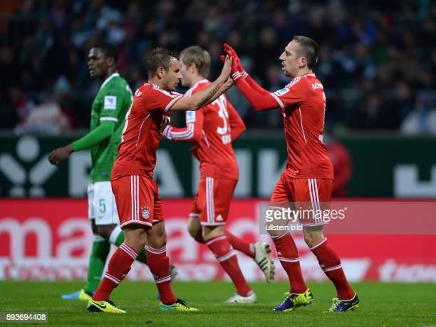 Fussball 1 Bundesliga Saison 2013/2014 15 Spieltag SV Werder Bremen FC Bayern Muenchen Bayern Muenchen Franck Ribery klatscht Rafinha ab