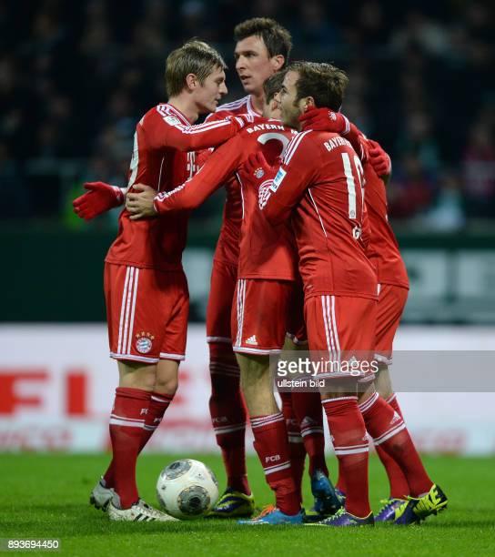 Fussball 1 Bundesliga Saison 2013/2014 15 Spieltag SV Werder Bremen FC Bayern Muenchen Bayern Muenchen Toni Kroos Mario Mandzukic und Mario Goetze