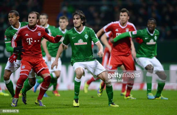 Fussball 1 Bundesliga Saison 2013/2014 15 Spieltag SV Werder Bremen FC Bayern Muenchen Mario Goetze wird von Theodor Gebre Selassie und Santiago...