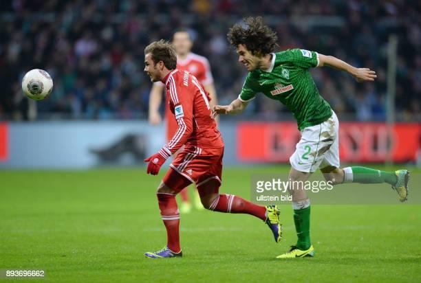Fussball 1 Bundesliga Saison 2013/2014 15 Spieltag SV Werder Bremen FC Bayern Muenchen Mario Goetze gegen Santiago Garcia