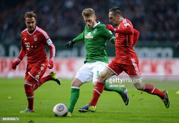 Fussball 1 Bundesliga Saison 2013/2014 15 Spieltag SV Werder Bremen FC Bayern Muenchen Aaron Hunt gegen Franck Ribery beobachtet von Mario Goetze