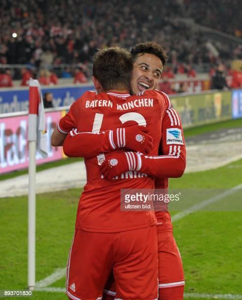 Fussball 1 Bundesliga Saison 2013/2014 17 Spieltag VfB Stuttgart FC Bayern Muenchen Bayern Muenchen Torschuetze zum 12 Thiago Alcantara umarmt Rafinha