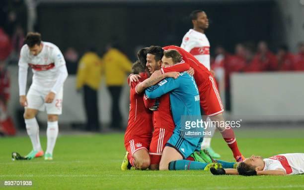 Fussball 1 Bundesliga Saison 2013/2014 17 Spieltag VfB Stuttgart FC Bayern Muenchen SCHLUSSJUBEL Siegtorschuetze zum 12 Thiago Alcantara umarmt...
