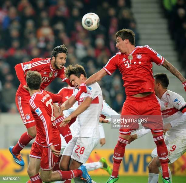 Fussball 1 Bundesliga Saison 2013/2014 17 Spieltag VfB Stuttgart FC Bayern Muenchen Claudio Pizarro erzielt hier den 11 Ausgleich gegen Rani Khedira...