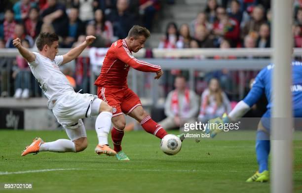 Fussball 1 Bundesliga Saison 2013/2014 21 Spieltag FC Bayern Muenchen SC Freiburg Xherdan Shaqiri erzielt hier gegen Oliver Sorg das Tor zum 20