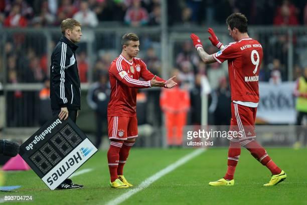 Fussball 1 Bundesliga Saison 2013/2014 25 Spieltag FC Bayern Muenchen Bayer Leverkusen Einwechslung Xherdan Shaqiri klatscht Mario Mandzukic ab...
