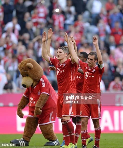 Fussball 1 Bundesliga Saison 2013/2014 9 Spieltag FC Bayern Muenchen 1 FSV Mainz Schlussjubel FC Bayern Muenchen Laola Maskotten Berni Bastian...