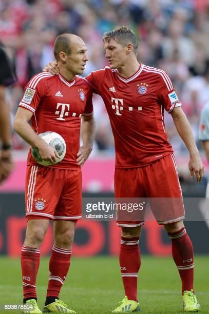 Fussball 1 Bundesliga Saison 2013/2014 9 Spieltag FC Bayern Muenchen 1 FSV Mainz Arjen Robben mit Ball und Bastian Schweinsteiger