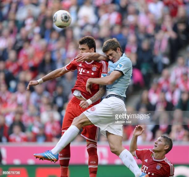 Fussball 1 Bundesliga Saison 2013/2014 9 Spieltag FC Bayern Muenchen 1 FSV Mainz Mario Mandzukic gegen Stefan Bell beobachtet von Bastian...