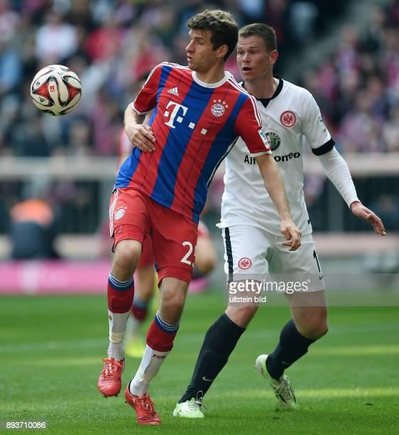 Fussball 1. Bundesliga Saison 2014/2015 28. Spieltag FC Bayern Muenchen - Eintracht Frankfurt Thomas Mueller gegen Alexander Madlung