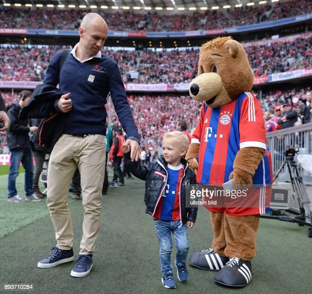 Fussball 1 Bundesliga Saison 2014/2015 28 Spieltag FC Bayern Muenchen Eintracht Frankfurt Arjen Robben mit Sohn Kai und FC Bayern Maskottchen Berni