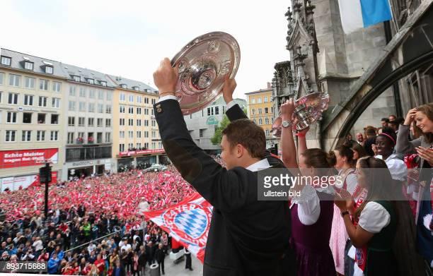 Fussball 1. Bundesliga Saison 2014/2015 Der FC Bayern Muenchen feiert seine 25. Deutsche Meisterschaft auf dem Muenchner Marienplatz: Torwart Manuel...
