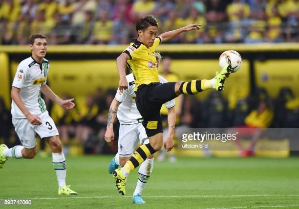 Fussball 1 Bundesliga Saison 2015/2016 1 Spieltag Borussia Dortmund Borussia Moenchengladbach Shinji Kagawa beobachtet von Andreas Christensen