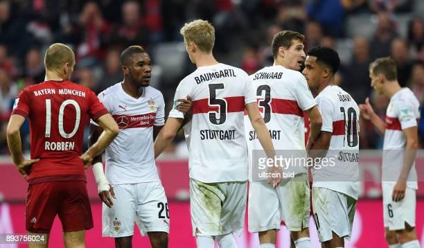 Fussball 1 Bundesliga Saison 2015/2016 12 Spieltag FC Bayern Muenchen VfB Stuttgart Arjen Robben beobachtet VfB Mauer Serey Geoffroy Die Timo...
