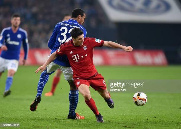 Fussball 1 Bundesliga Saison 2015/2016 13 SPIELTAG FC Schalke 04 FC Bayern Muenchen Robert Lewandowski gegen Joel Matip